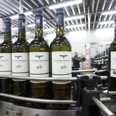 Weinflaschen auf Fabrikband