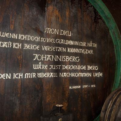 ein Weinfass mit Aufschrift