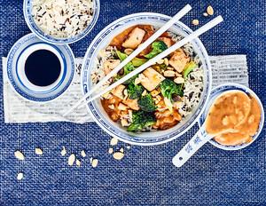 Brokkoli-Tofu-Gemüse in Erdnusssauce