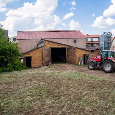Scheune Hof Freudenstein mit Traktor
