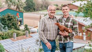 Der Betriebsleiter mit einem Huhn
