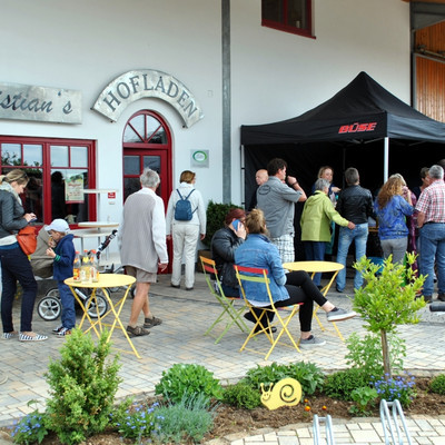 Besucher vor Christian`s Hofladen