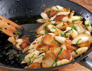 Bärlauch-Bratkartoffeln mit Spargel