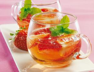 Erdbeer-Holunderblüten-Bowle