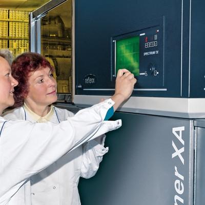 zwei Mitarbeiterinnen führen Qualitaetssicherung mit einem Roentgeninspektor durch