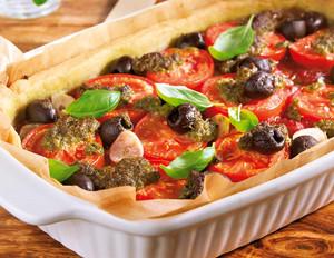 Tomatentarte mit Pesto, Oliven und Basilikum