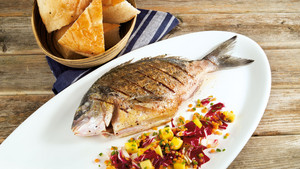 Gegrillte Dorade auf Radicchio Mango Salat