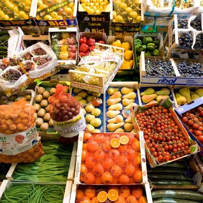 Aufbau mit verschiednenen Obst und Gemüsesorten