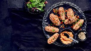 Cevapcici mit Paprika-Tomaten-Dip
