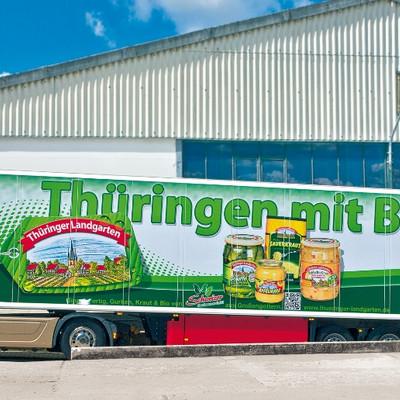 LKW mit Aufschrift Thüringer Landgarten an einer Rampe