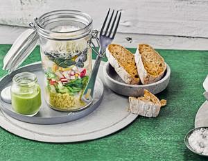 Salat to go mit Eiern und Avocado-Dressing