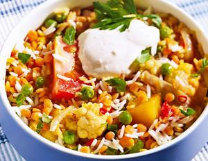 Gemüse-Topf mit Reis und roten Linsen
