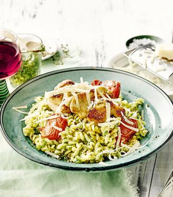 Pasta Baerlauch Pesto Haehnchenbrust Kirschtomaten Nudeln Wein Teller Glas Parmesan