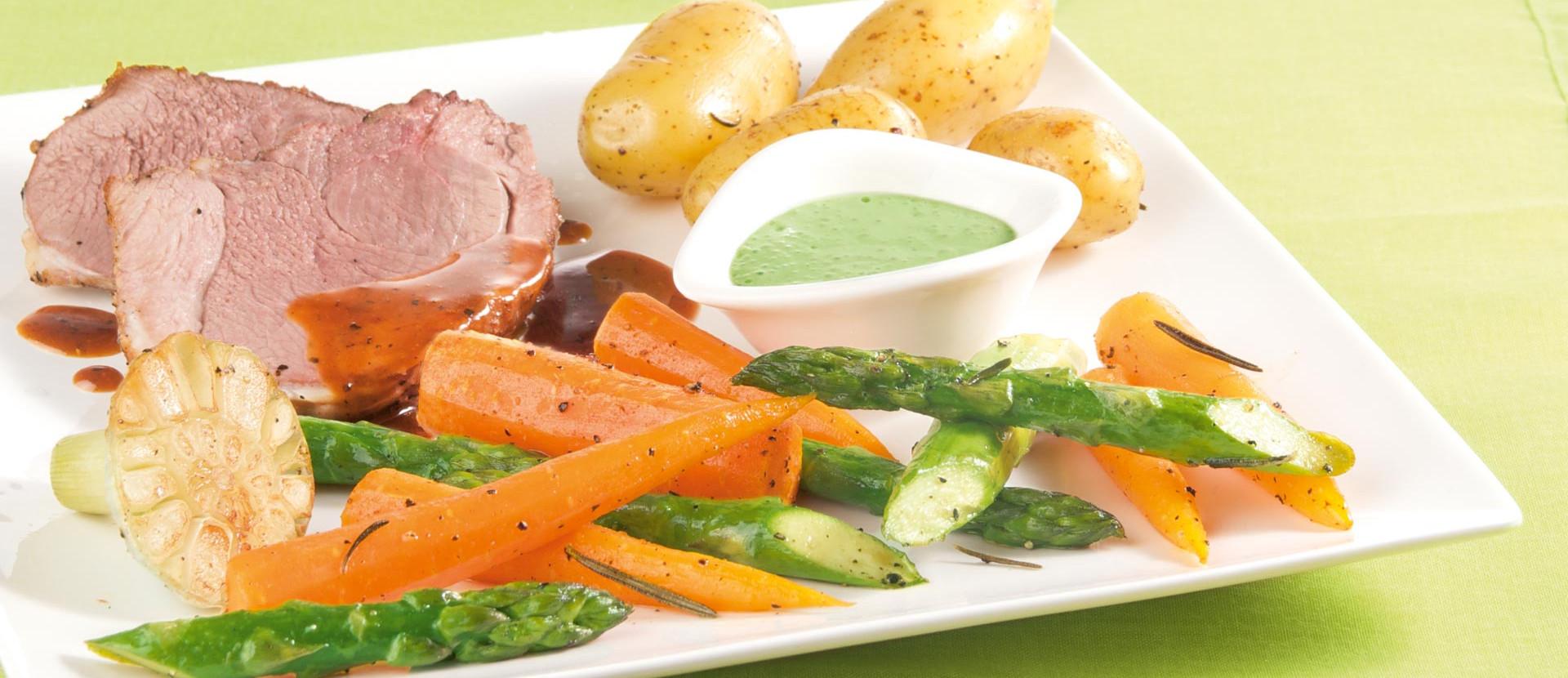 Lammkeule mit buntem Gemüse und Bärlauch-Dip