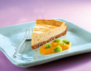 American Cheesecake mit Kiwi-Mango-Sauce
