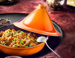 Rindfleisch-Tajine mit geschmortem Gemüse und Minz-Dip