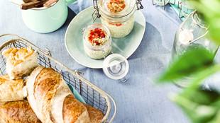 Picknick Fetacreme mit Pinienkernen Brot Besteck