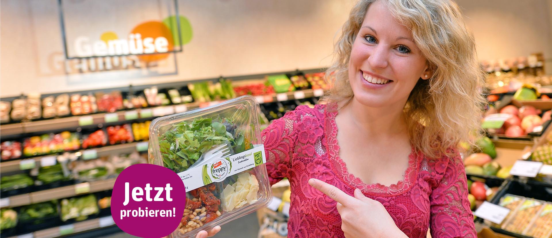 Frau steht in tegut Markt mit freppy Salat Bowl Kundenedition