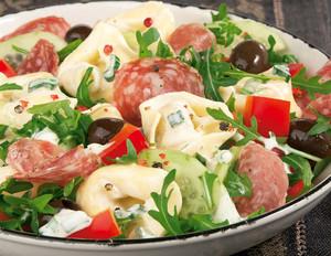 Tortellonisalat mit Rucola und Oliven