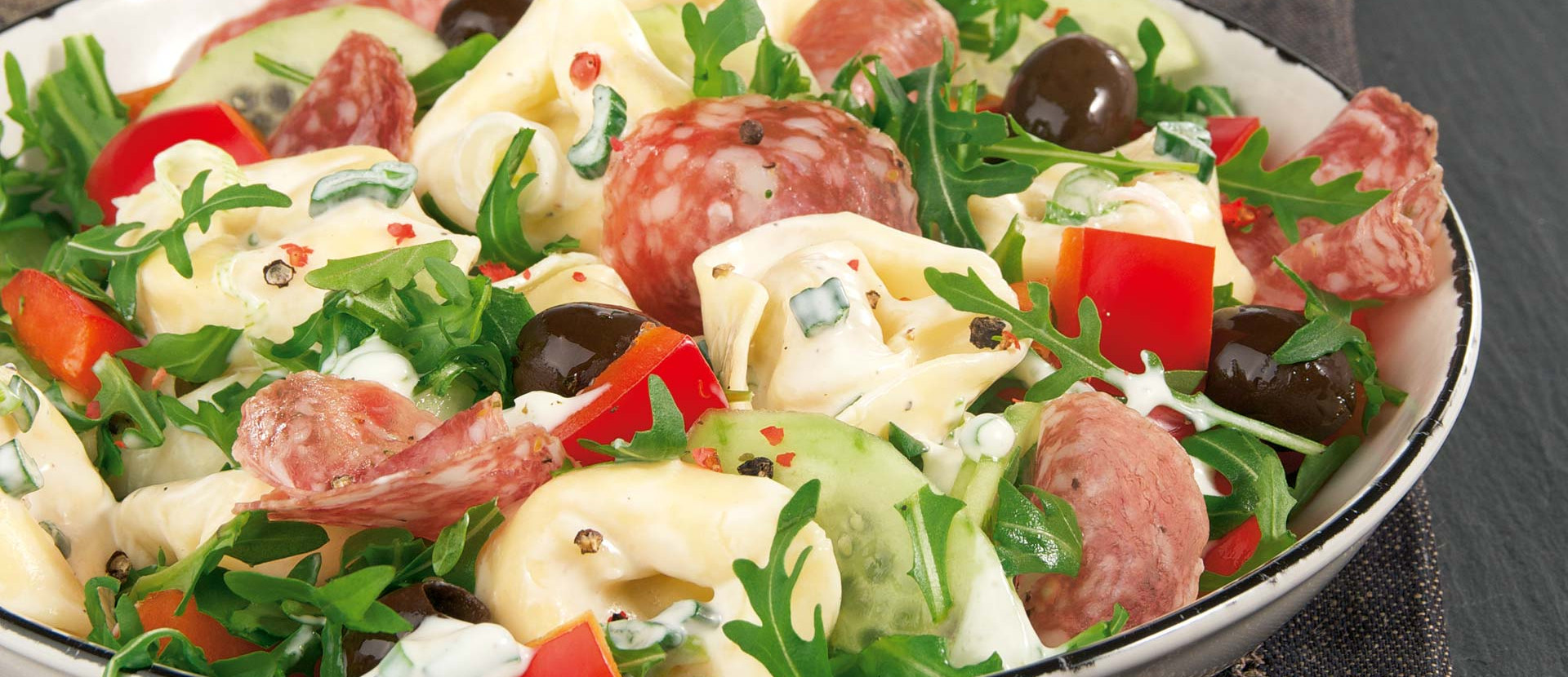 Tortellonisalat Rucola Oliven