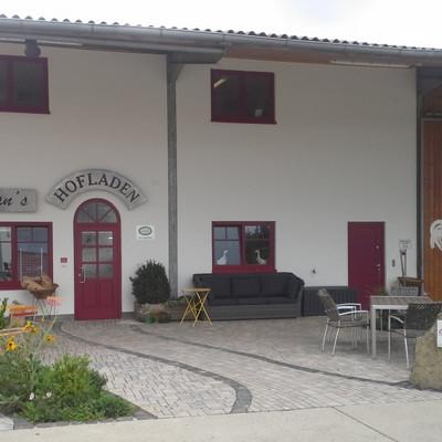 Außenaufnahme des Eingangs Christian`s Hofladen