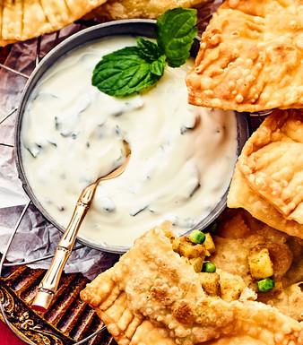 Samosas mit Minz-Joghurt