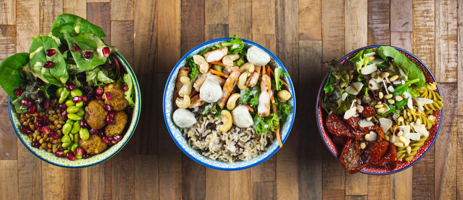 drei Schalen mit verschiedenen Salat-Bowl-Varianten