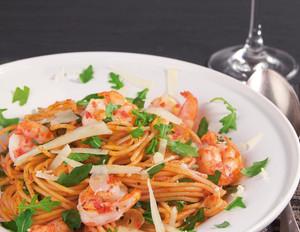 Peperoniwürzige Spaghetti mit Riesengarnelen und Rucola