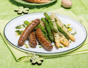 Lammbratwürstchen mit grünem und weißem Spargel