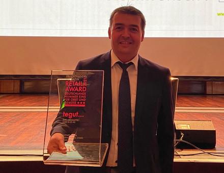 Preisträger Thorsten Heil (Bereichsleiter Einkauf / Category Management Obst, Gemüse, Blumen & Eier) freut sich über die Auszeichnung.