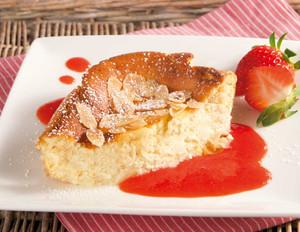 Mandel-Quarkauflauf mit Erdbeersauce