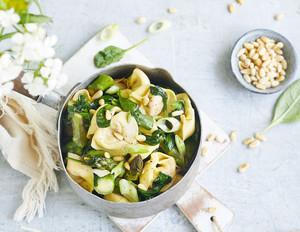 Rindfleisch-Tortelloni mit Spinat und grünem Spargel
