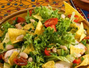 Mexikanischer Salat mit Avocado und Tortilla-Chips