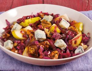 Rotkohlsalat mit Walnusskernen und Gorgonzola