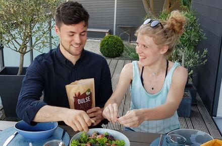 Paerchen verarbeitet Dulse Algen in Salat
