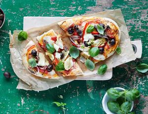 Pizza Primavera mit Basilikum