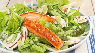 Bio-Salat mit Lachs und Champignons