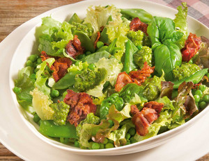 Bio-Salat mit Knusperschinken und Mandel-Pesto
