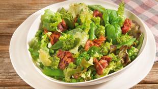 Bio Salat mit Knusperschinken und Mandelpesto