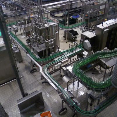 Fabrikhalle Fließband mit Flaschen