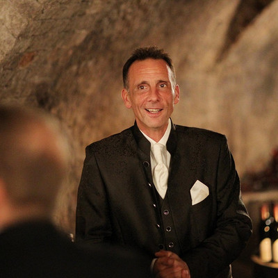 Herr Kirsch im Weinkeller