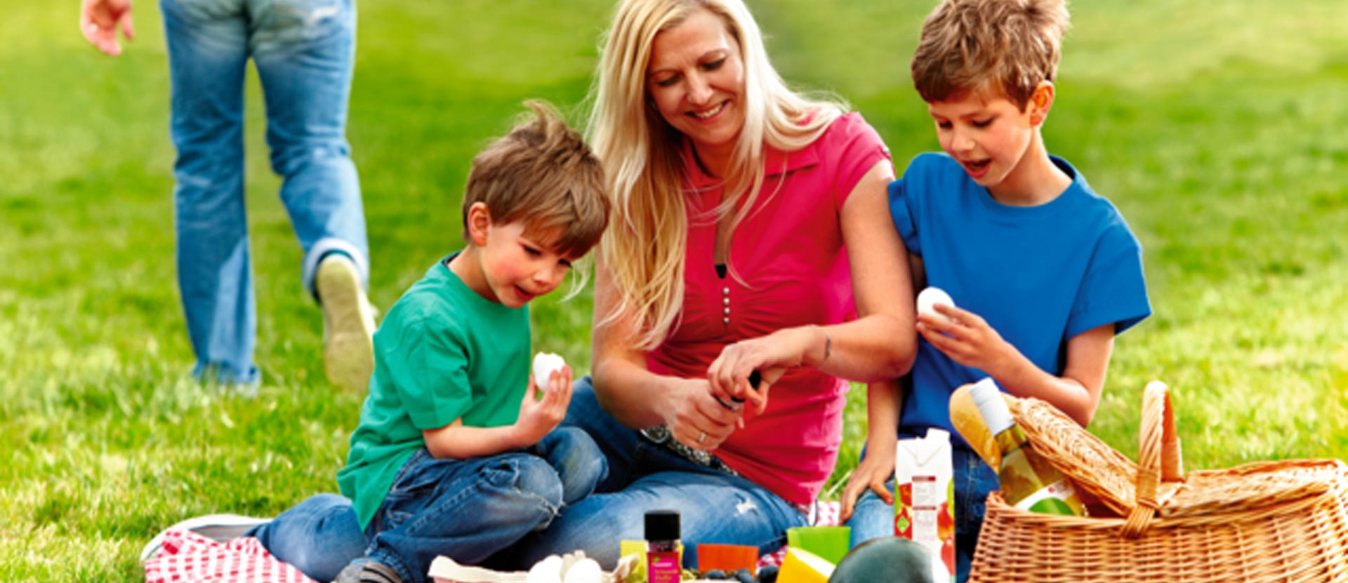 Frau und zwei Kinder beim Picknick