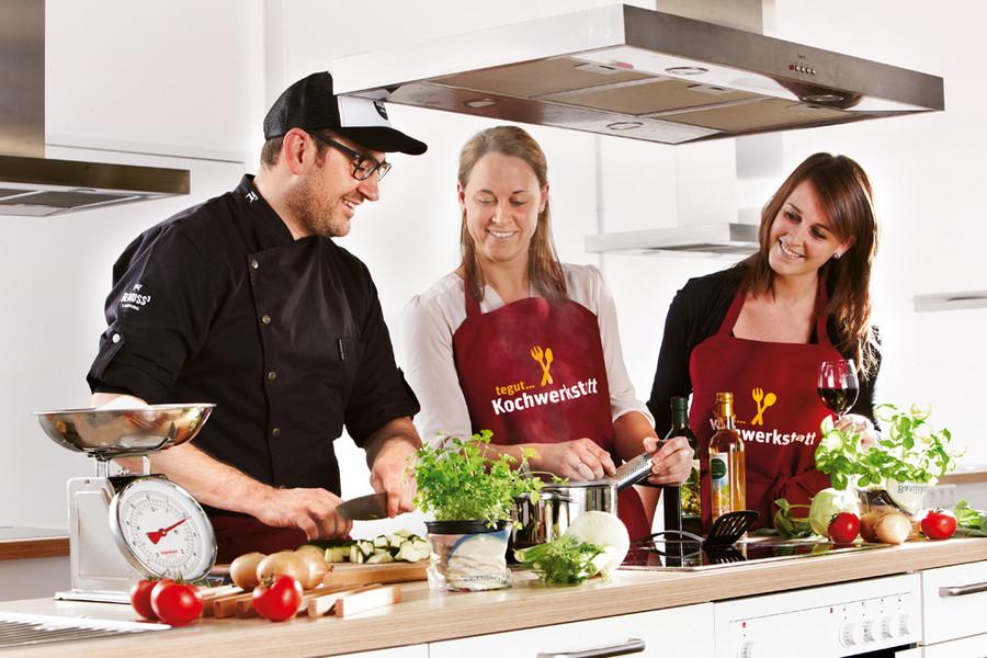 Tegut Gruppe beim Kochen Kochkurs