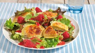 Bio-Salat mit Teigtaschen und Himbeerdressing