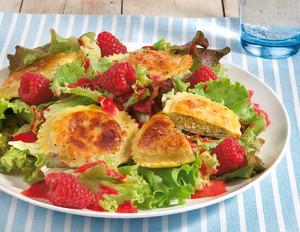 Teigtaschen auf Salat mit Himbeer-Tee-Dressing