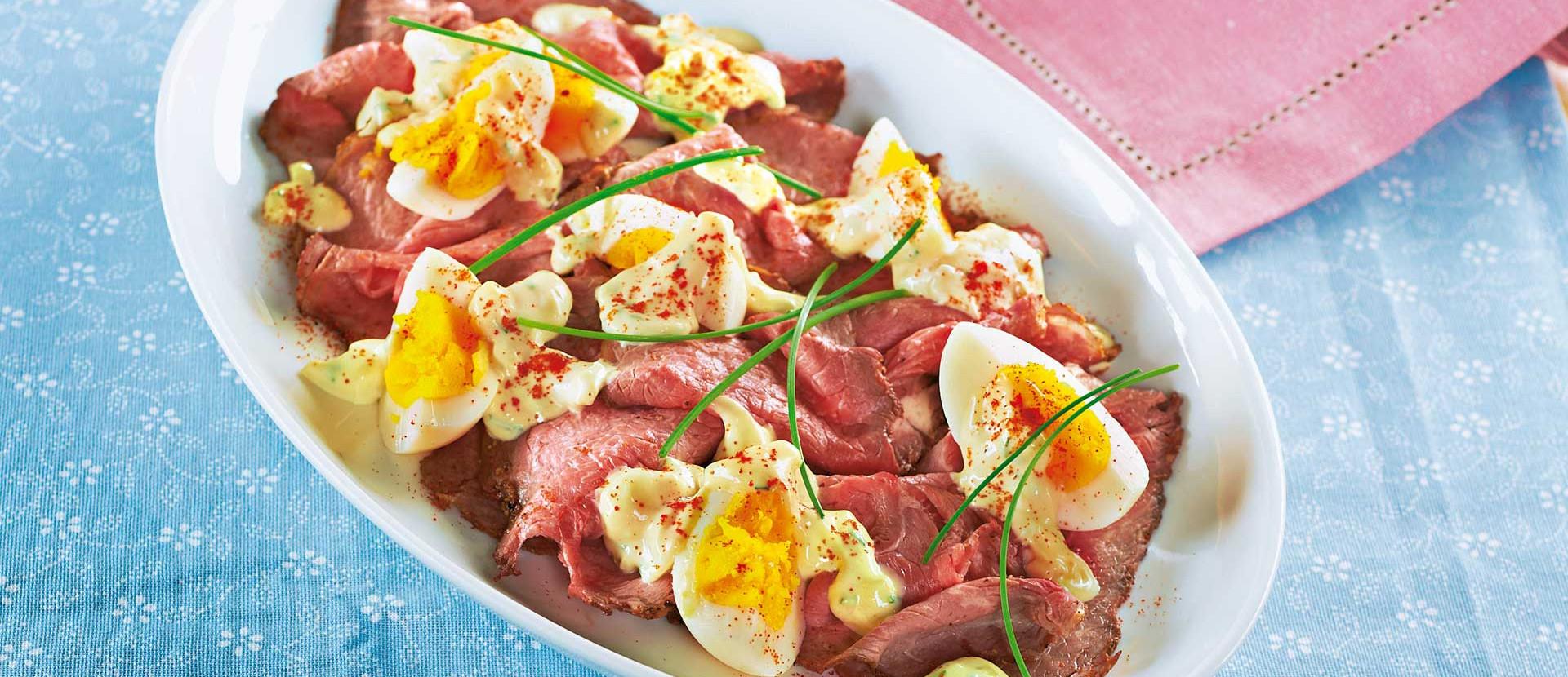 Roastbeef Aufschnitt mit Eier Gurkencreme