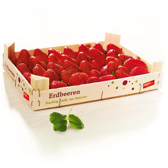 Eine Holzkiste mit tegut... Aufschrift, gefüllt mit vielen vielen reifen Erdbeeren.