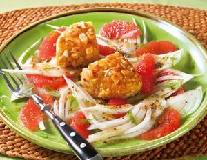 Fenchel-Grapefruitsalat mit Käse in Mandelkruste