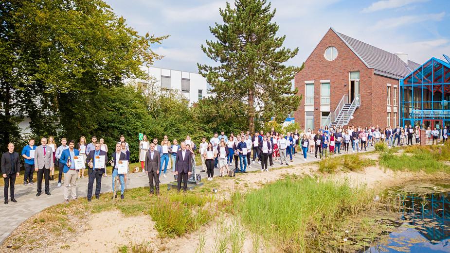 Gruppenbild der Abschlussfeier 2020 vor dem Morgensternhaus in Fulda