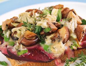 Champignon-Toast mit Rote Bete und Thymian